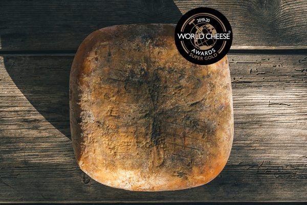 pieza de queso quintana artesano curado mahon menorca super gold en los world cheese awards